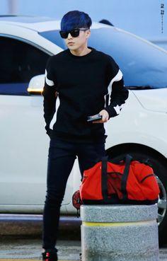 Xuimin and his new blue hair Kim Minseok Exo, Exo Chanyeol, Exo Ot12, Kim Min Seok, Xiu Min, Photo Editing Vsco, Airport Style, Airport Fashion, Blue Hair