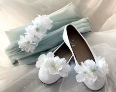 Conjunto de #accesoros: manoletinas de piel blancas adornadas con clips de #flores a juego con la minitiara de anémonas y #lazada de organza de #seda en #verde agua.  . .   #shoes #Zapatos