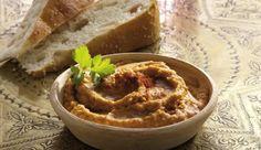 Das Kichererbsenpüree Hummus ist nicht nur eine immer beliebtere Alternative zum klassischen Aufstrich, sondern ist auch ein perfekter Brot-Dip zum würzigen Käse-Fondue