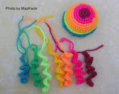 Be A Crafter xD: Free amigurumi pattern: Cat toy - bouncing rainbow jellyfish Maybe one like this with a few smaller strings gaming down too? And a cut face? Gato Crochet, Crochet Cat Toys, Knitted Cat, Crochet Crafts, Crochet Dolls, Yarn Crafts, Yarn Projects, Knitting Projects, Crochet Projects