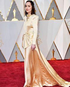 """Mais dourado no red carpet dos #oscars2017! @dakotajohnson também apostou num longo dourado pra premiação. """"Dakota usou seus cabelos lisos e presos em um estilo princesa e para combinar com seu vestido Gucci apostou em um batom marrom e uma sombra bordô esfumada - novamente com um perfume anos 80"""" conta @fernandotorquattostudio #GlamourNoOscar #oscars  via GLAMOUR BRASIL MAGAZINE OFFICIAL INSTAGRAM - Celebrity  Fashion  Haute Couture  Advertising  Culture  Beauty  Editorial Photography…"""