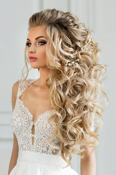 42 Boho Inspired Unique And Creative Wedding Hairstyles From creative hairstyles with romantic loose curls to formal wedding updos, these unique wedding hairstyles would work great for your ceremony or reception. Elegant Wedding Hair, Formal Wedding, Hair Wedding, Wedding Unique, Wedding Makeup, Trendy Wedding, Boho Wedding, Wedding Bride, Bridal Makeup