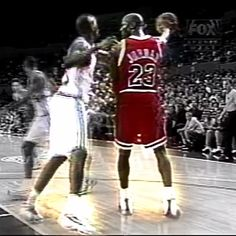 That time Michael did a crazy ball fake at Malik Sealy and dropped 40 on him 💰 Even LA Clippers fans were cheering for him, not their team. Basketball Videos, Basketball History, Basketball Art, Basketball Legends, Basketball Players, Basketball Tattoos, Curry Basketball, Basketball Shirts, Michael Jordan Gif