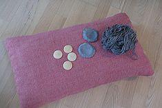 Så kom det ventede indlæg med hvordan man sætter knapper i puder - som jeg gør ved mine puder herhjemme. Du skal bruge: Pude Knapfo...