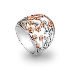 1e Gehalte zilveren ring met een opengewerkt bloempatroon met roségouden accenten en een klein diamantje, Hot Diamonds in geschenkverpakking. Mooie, stevige ring, 2 cm breed.dr109