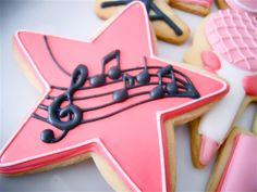 cookies decorated with royal icing, stars, cupcakes, snowmen, mickey mouse… Star Sugar Cookies, Fancy Cookies, Iced Cookies, Royal Icing Cookies, Cookies Et Biscuits, Pink Cookies, Cupcakes, Cupcake Cookies, Music Cookies