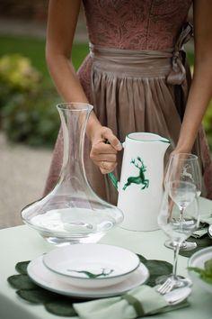 Die hochwertigen Gläser mit Hirschgravur fühlen sich besonders bei unserem Grünen Hirsch wohl #handgefertigt #handmade #pottery #tableware #deko #interior #inspo #madeinaustria #craftmanship Keramik Vase, Tableware, Interior, How To Make, Gravure, Handmade Pottery, Drinkware, Deko, Handmade