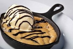 Welcome to my Pizza Hut Copycat Skillet Cookie Dough recipe. I have to admit to being addicted to trips to Pizza Hut. The lure of the pizza, the sides and of course the dessert has me there all the time. I prefer going to the Pizza Hut in Portugal though Skillet Chocolate Chip Cookie, Skillet Cookie, Butter Chocolate Chip Cookies, Giant Chocolate, Chocolate Chips, Giant Cookie Recipes, Cookie Dough Recipes, Riesen Cookies, Köstliche Desserts