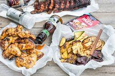 Grilliribsit, broilerinsiipiä ja kauden kasviksia grillissä Chicken Wings, Food And Drink, Meat, Buffalo Wings