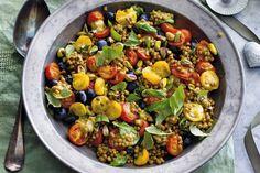 Ga voor kleur! Bijvoorbeeld met deze linzensalade met 3 kleuren tomaten. Je roostert ze in de oven - Recept - Linzensalade met tomaat en blauwe bes - Allerhande