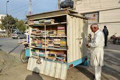 Biblioteca itinerante en Lahore (Pakistán).