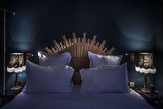 Precioso cabecero de cama que recuerda a los espejos de sol típicos de este tipo de decoración.