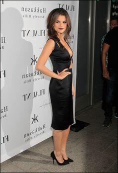 Genç yaşına rağmen moda ikonu olarak anılmaya başlanılan güzel şarkıcı Selena Gomez, stilinde sık sık yer verdiği siyah kombinlerini inceliyoruz.
