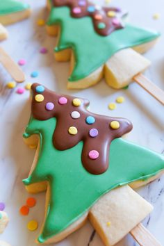 Here are the best Christmas Cookies decorations ideas for your inspiration. These Christmas Sugar Cookies decorated with royal icing are cutest desserts. Christmas Wreath Cookies, Christmas Sweets, Noel Christmas, Christmas Desserts, Christmas Baking, Cookie Pops, Cookies Receta, Homemade Food Gifts, Bear Cookies