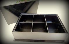 Caixa para decoração, com pintura laqueada preta, tampa e espelho, pezinhos e puxador trabalhado.