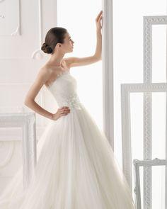 OCAÑA - Vestido de tul de seda y encaje con pedrería y flor en color natural T6360- Horquilla de cristal y metal, color plata