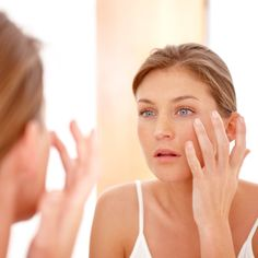 Many of the anti-aging products available at drugstores and beauty counters reduce wrinkles just as well as the ones dermatologists prescribe. Here, top derms reveal the creams they recommend to their patients. Green Beauty Routine, Beauty Routines, Aspirin Mask, Vitamins For Skin, Natural Facial, Acne Scar Removal, Beauty Secrets, Diy Beauty, Beauty Hacks