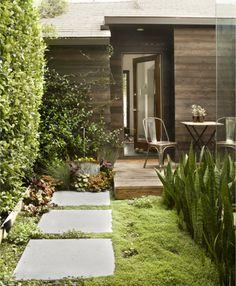 Pequenos detalhes permeiam as plantas, pisos e um belo deck de madeira de demolição.