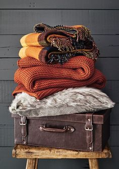 Fall is almost here! Need some fall decor inspiration? Here are ten awesome fall decor tips to spice up your dorm room! Autumn Home, Fall Winter, Cosy Winter, Fall Bedroom Decor, Bedroom Colors, Bedroom Ideas, Autumn Interior, Orange Interior, Knitted Cushions