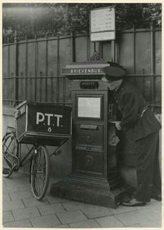 Postbode - The mailman picking up the mail. Vintage Pictures, Old Pictures, Old Photos, Rotterdam, Holland, Post Bus, Man 2, The Hague, The Old Days