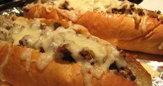 Un recette de sous-marin au bœuf haché à l'oignon, le tout gratiné.  SANDWICHS AU BŒUF HACHÉ GRATINÉ  -1 1/2 lb de bœuf haché -2 oignons ém... Sandwich Recipes, Meat Recipes, Minced Meat Recipe, Mince Meat, Cheat Meal, Cheesesteak, Hot Dog Buns, Hamburger, Sandwiches