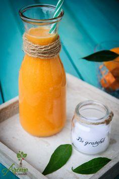 Un suc de portocale simplu cu o aroma intensa; dulceata portocaleleor si aroma morcovilor s-a combinat foarte bine cu gustul picant al ghimbirului. Happy Drink, Health Snacks, Dental Health, Raw Vegan, Hot Sauce Bottles, Healthy Drinks, Healthy Life, Deserts, Dessert Recipes