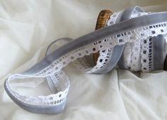 Spitzenborte - 1 m Spitze mit Samtband, grau-weiß - ein Designerstück von StoffAmora bei DaWanda - 3 EUR/m