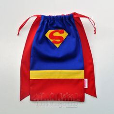 Make a cape backpack Superman Party, Superhero Birthday Party, Sewing Crafts, Sewing Projects, Wonder Woman Party, Creative Bag, Fabric Bags, Kids Bags, Party Bags