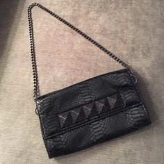 Michael Kors Clutch Gorgeous Michael Kors clutch perfect for a night out. Detachable chain strap. The perfect balance of sparkle and sophistication. Looks amazing. Used a couple times. Great condition! Michael Kors Bags Clutches & Wristlets