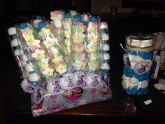 Brochetas de chuches y tarro para el cumpleaños de Laura y Valentina! La mar de deliciosas! Todo handmade hecho a mano! Todo muy Frozen, les encanta!