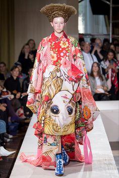 46c612a6c0542 Guarda la sfilata di moda Comme des Garçons a Parigi e scopri la collezione  di abiti