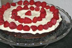 Chokoladekage med mandler, creme og friske hindbær