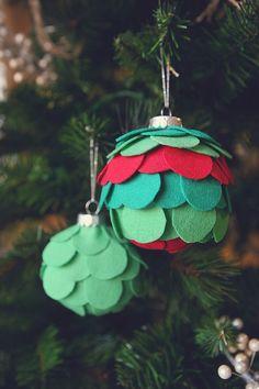 20 Easy, Fun & Affordable Christmas Ornaments Anyone Can Make Christmas Ornaments To Make, Noel Christmas, Personalized Christmas Ornaments, Felt Ornaments, Christmas Projects, Handmade Christmas, Holiday Crafts, Christmas Decorations, Handmade Ornaments