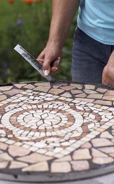 Bauanleitung für einen Mosaiktisch -  Ein Mosaiktisch ist ein schönes Deko-Accessoire für die Terrasse. Hier zeigen wir Schritt für Schritt, wie Sie eine solche Tischplatte herstellen.
