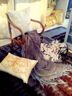 Cudowne uczucie, kiedy klienci są zafascynowani mieszaniem struktur i tkanin. Widok po ich wizycie! Poduchy kolekcje Lulu (nowość), Frances, skórzana narzuta Avarizia oraz futrzany dywan w kolorze czekoladowego brązu. Całość współgra perfekcyjnie! Powsińska 20A Warszawa.