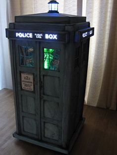 Tardis (Dr. Who) cake found on FB