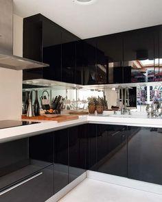 Más de 80 fotos de decoración de cocinas pequeñas: SI decidimos poner un color oscuro como el negro, una opción para no perder la sensación de amplitud que nos dan los colores claros, podemos ponerlos reflejantes y con espejos