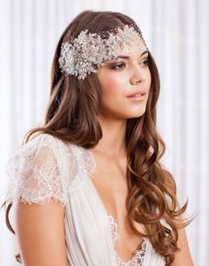 Because every bride-to-be deserves to look beautiful on her big day, make this guide on the best wedding makeup looks a part of your planning! Curly Bridal Hair, Simple Bridal Hairstyle, Loose Wedding Hair, Hairstyle Look, Wedding Hairstyles For Long Hair, Loose Hairstyles, Wedding Veils, Bride Hairstyles, Wedding Dresses