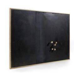 Rå og flot opslagstavle med sort stål i egetræsramme.  Ikke to af disse tavler er ens for de er lavet i hånden og har deres egne individuelle look. Forvent smukke skrammer og lidt råhed.. Hæng dine favoritopskrifter, kærlighedsbreve og fotos op med de medfølgende 5 træ magneter...bonus..du kan også skrive på tavlen med kridt.  Opslagstavlen er tung - vejer ca. 4,5 kg. - den har egetræstamme med en metalplade, som udgør selve tavlen. Leveres inkl. 5 egetræs magneter Måler: 81,5 x 46 x 2 cm…