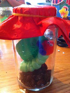 Rupsje nooit genoeg traktatie eerder al gezien op pinterest maar nu gevuld met rozijntjes als aarde. Kinderen vinden het geweldig en erg leuk om zelf ook te maken. Rups van playmais.