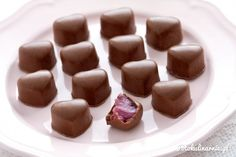 Pyszne, ręcznie robione czekoladki mleczne z nadzieniem z prawdziwych malin i białej czekolady.
