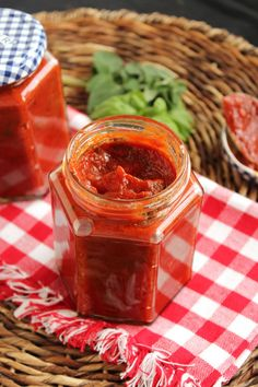 No-Cook Pizza Sauce ~ Got 5 minutes? Get a bowl, a spoon and five simple ingredients and whip up the best pizza sauce ever! ~ from The Suburban Soapbox Pizza Recipes, Cooking Recipes, Healthy Recipes, Vegetarian Recipes, Cooking Tips, Meal Recipes, Healthy Food, Tasty, Yummy Food