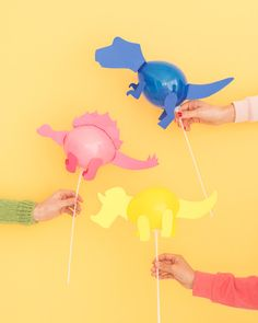 Mini varas de balão de dinossauro (Oh, feliz dia!) - :Basteln am Kindergeburtstag - Festa Dinosaur Birthday Party, 3rd Birthday Parties, Boy Birthday, Birthday Ideas, Dinosaur Birthday Invitations, Kids Crafts, Party Crafts, Kids Diy, Preschool Crafts