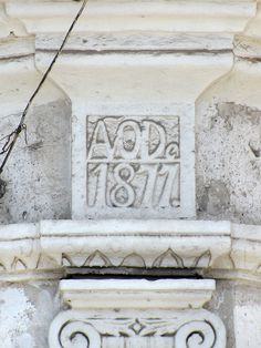 Cacería Tipográfica N° 318: Texto AÑO De 1877. en la casona ubicada en el cruce de las calles Misti y Arica en Yanahuara, Arequipa.