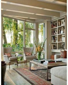 Linda sala! A porta de vidro para o jardim, além de contribuir com a iluminação natural, propicia um clima de tranquilidade para a leitura!