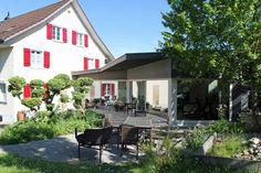 Ein länglicher Anbau verhelft dem alten Haus zu mehr Raum.