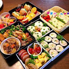 三男中学校のお弁当 ※ササミのオイル漬け巻き寿司 ※グリーンピースおにぎり ※サンドイッチ ※サイコロステーキ ※ヒレカツ ※フライドポテト ※レンコンきんぴら、肉じゃが、 ※卵焼き ※野菜のピクルス ※フルーツ、フルーツゼリー - 255件のもぐもぐ - 2013中学校運動会のお弁当 by まさまさ