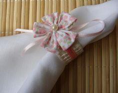 Porta guardanapo confeccionado em talagarça , decorado com uma flor de fuxico estampa floral , fita de cetim e pérola sintética