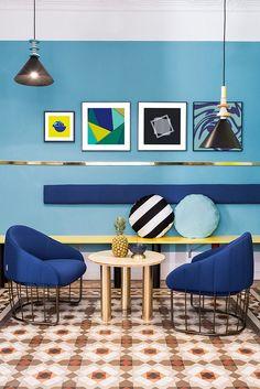 밝고 대담한 컬러와 그래픽이 벽에 장식 되어 있는 스페인의 Valencia Lounge Hostel 입니다.호텔 이름...