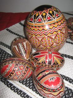 Oua incondeiate din Ciumarna - Romanian traditional Easter eggs https://www.facebook.com/pages/Oua-incondeiate-din-Ciumarna/511545395568441